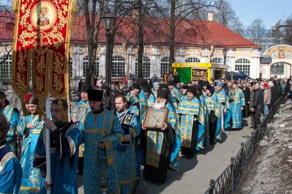 http://www.russkoedelo.org/novosti/2013/images/april/ChurchProcessionInLavra.April.7.2013.600.jpg
